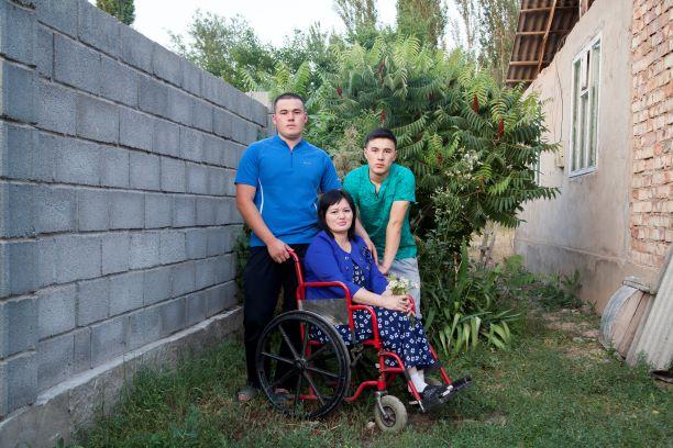 غولزار دويشينوفا مع ولديها في حديقة منزلها ©Amnesty International