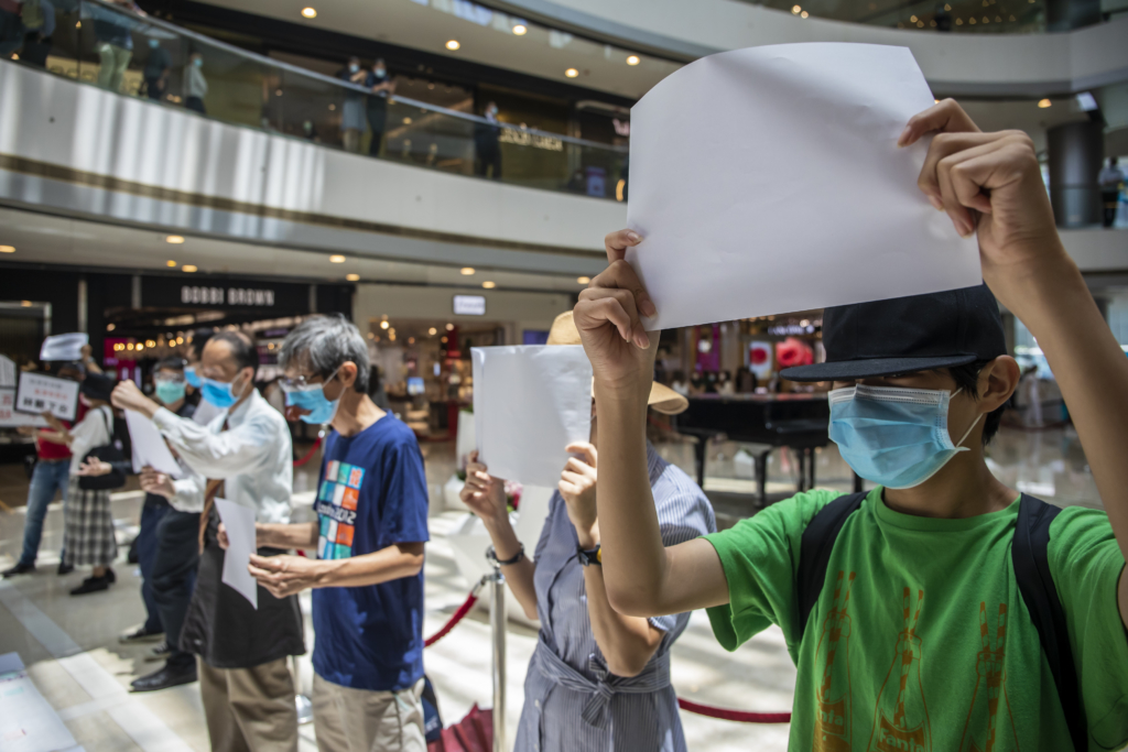 Demonstrators hold blank signs during a lunchtime protest at a shopping mall in Hong Kong. (Photo: Paul Yeung/Bloomberg via Getty Images)