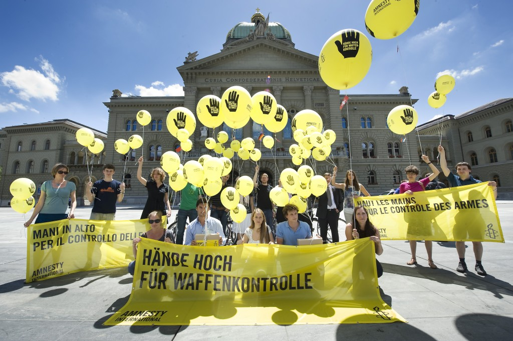 Amnesty campaigners in Switzerland demand an Arms Trade Treaty, June 2012. © Valérie Chételat