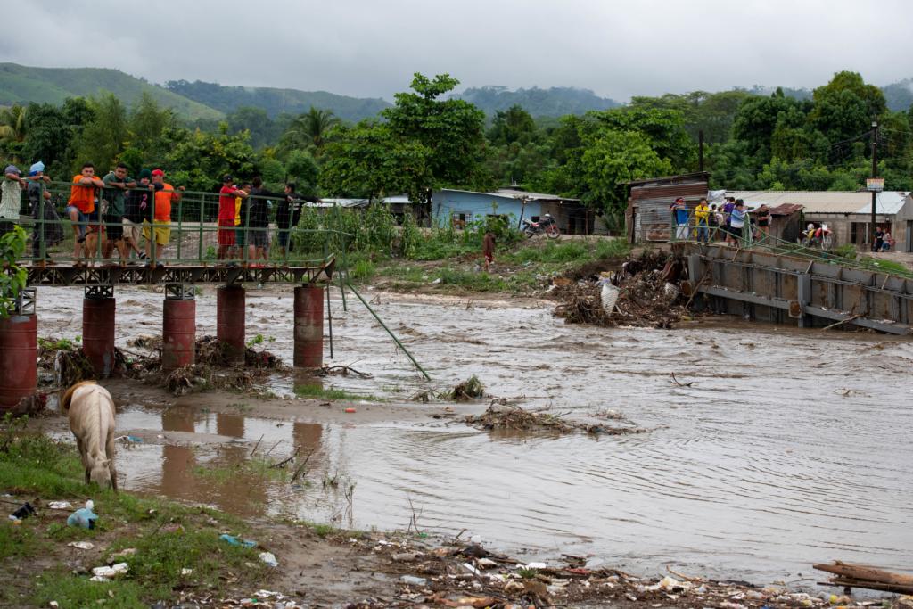 The Flor de Cuba pedestrian bridge, built to link two communities in San Pedro Sula, was destroyed by hurricane Eta, leaving several families isolated. Photo: Encarni Pindado