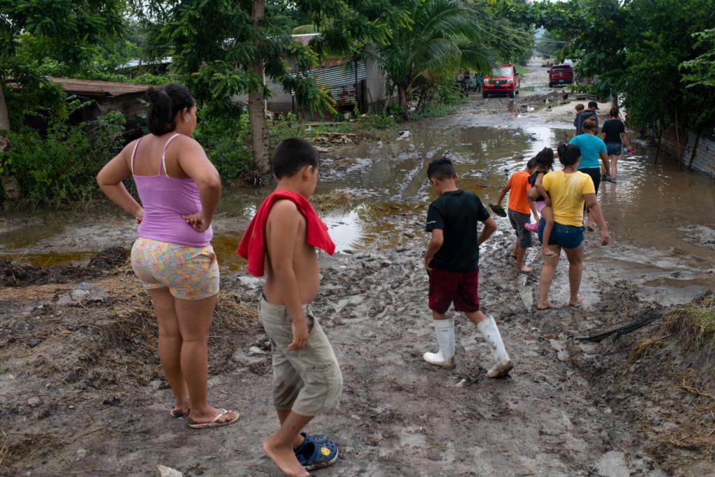 Inhabitants of San Pedro Sula's Brisas del Carmen #2 neighbourhood inspect floodwater from a nearby lake after hurricane Iota struck. Photo: Encarni Pindado